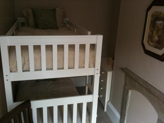 Glendon Guest House: the bunk beds off the main family room, very very comfy even for adults