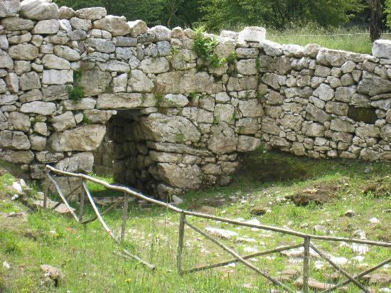 Pontelatone, Italië: The wall of the Samnite city, known in Roman times as Trebula Balliensis