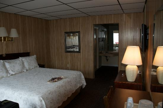 The Freeport Inn and Marina: Paneling and drop ceiling