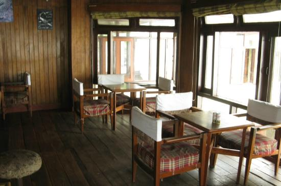 Kurseong Tourist Lodge: The restaurant overlooking the valley and the Kanchendzonga