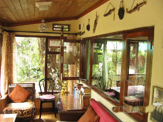 Holumba Haven : The beautifully decorated relaxing area outside the dining room