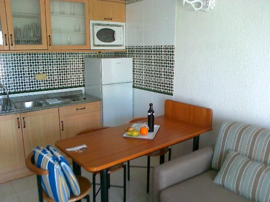 Apartamentos Fariones: Kitchen Area -2