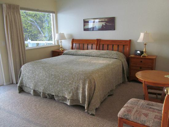 Lake Hood Inn: A spotless, comfortable room