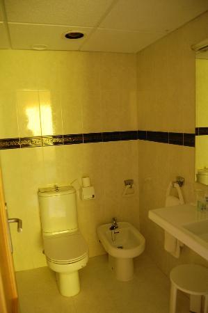 Complejo Acuazul: el baño de la habitación con bañera
