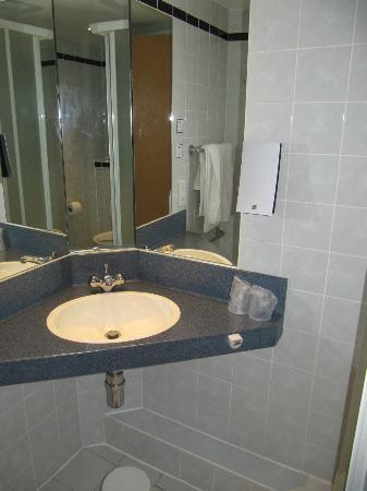 Holiday Inn Express Burton-upon-Trent: Bathroom sink