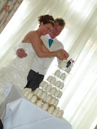 The Bridge Hotel and Spa: ccutting of the cake in the walshford suite
