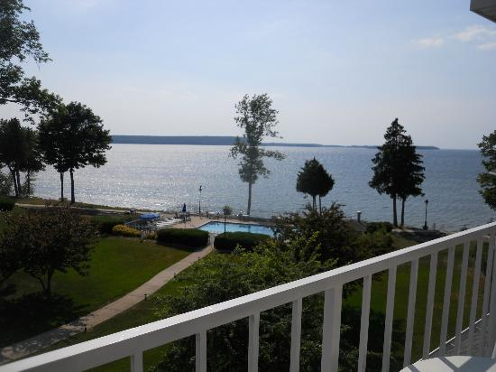 Westwood Shores Waterfront Resort: Lake, pool, grounds from room