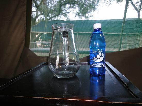 Wildside Tent Camp Lion Park: Agua mineral