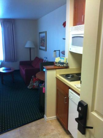 TownePlace Suites Medford: Studio Queen Couch and Kitchen