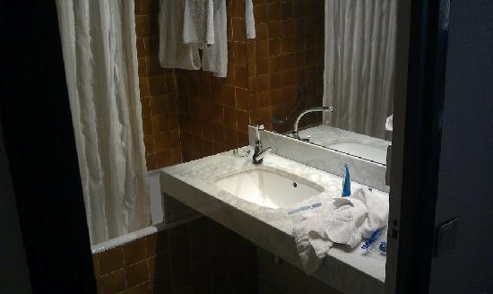 Mercure Saint Etienne Parc de L'Europe : 70's Bathroom