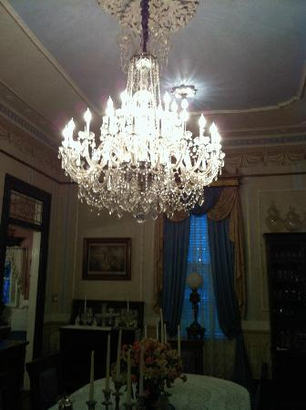 Antebellum Guest House: Beautiful chandelier