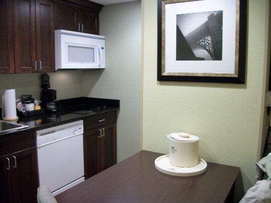 Homewood Suites by Hilton Fresno: Kitchen with micro, dishwasher, fridge