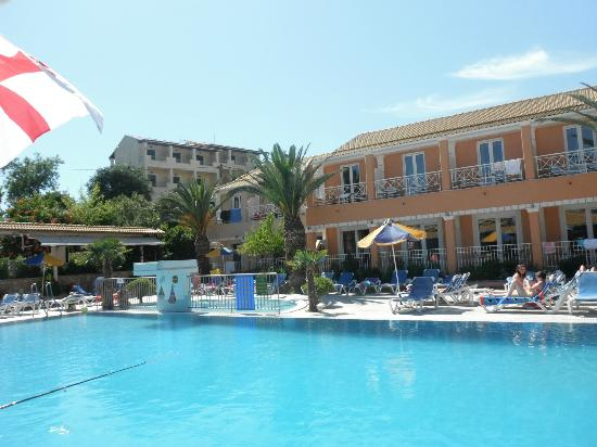 Kavos Plaza: Pool area and apartments