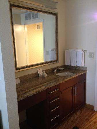 Residence Inn Pleasant Hill Concord: Bathroom vanity