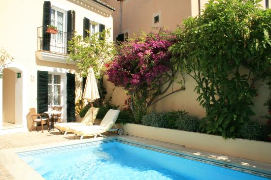 Hotel San Lorenzo: Pool and garden area
