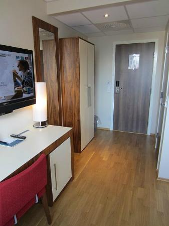 Quality Hotel Grand Kristiansund: Entrance & wardrobe