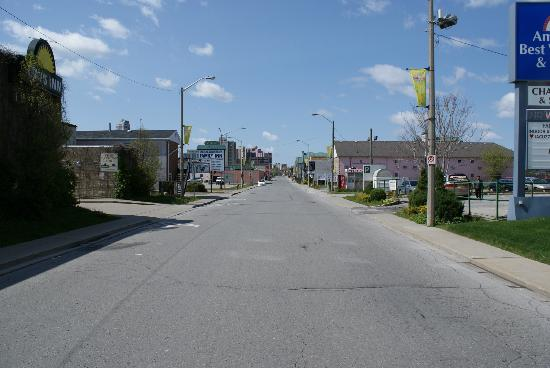 Chalet Inn & Suites Near the Falls: street in front