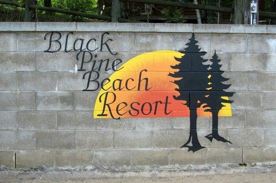 Black Pine Beach Resort: Mural near beach
