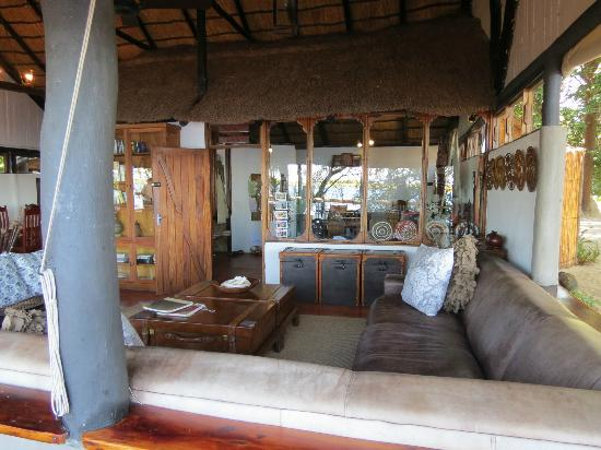 Xugana Island Lodge: Sitting area and curio shop