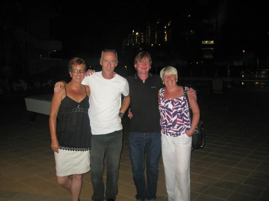 Hotel Terraza Amadores: Tracey and Mel, left of photo, exceptional hosts.