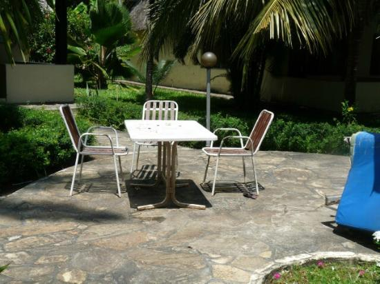 Makuti Villas Resort : Pool side table and chairs
