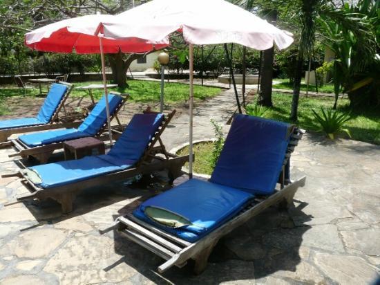 Makuti Villas Resort: pool furniture ripped and torn.