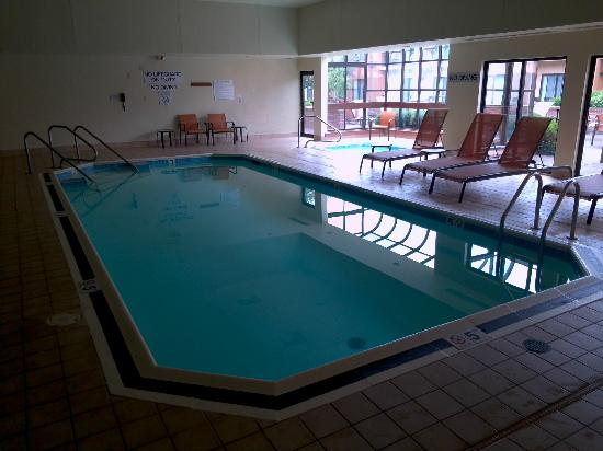 Courtyard Pittsburgh Airport: Indoor pool and hot-tub