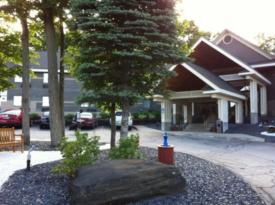 Comfort Inn at Maplewood: lovely wooded location