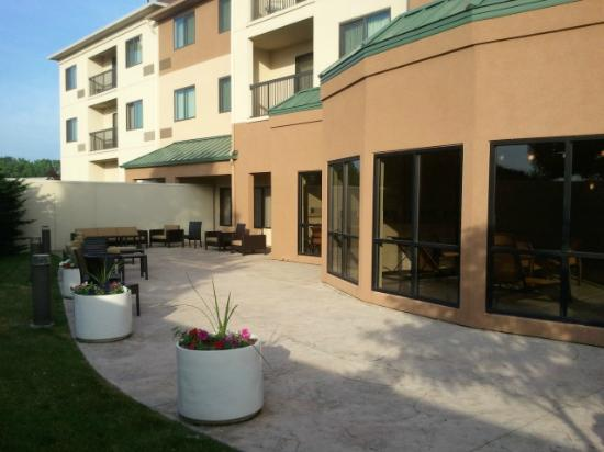Courtyard Peoria: Outside the pool and hot tub