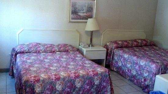 Falls Manor Resort and Restaurant: Big beds in a tiny, tiny room