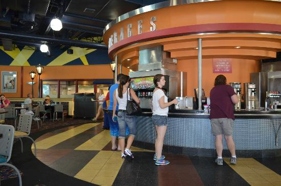 Disney's All-Star Movies Resort: Praça de alimentação e local onde se carrega as bebidas com o refil