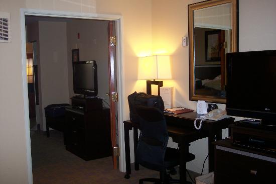 Comfort Suites Denver Tech Center: Desk offers lots of plug in's
