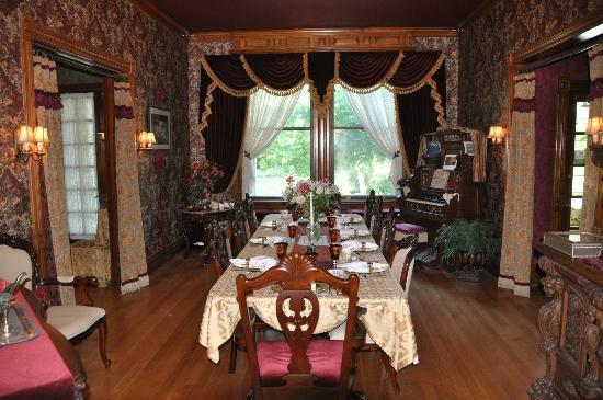 Alexander Mansion Bed & Breakfast: Formal Dining Room
