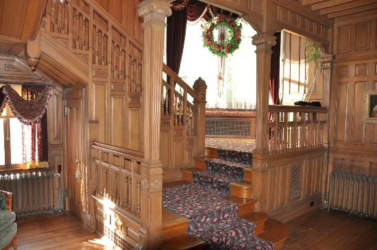 Alexander Mansion Bed & Breakfast: Grand stair with sitting lounge.