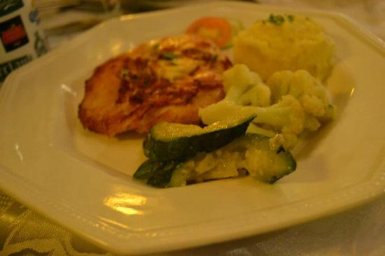 Claude's Le Cafe de Ville: chicken cordon bleu
