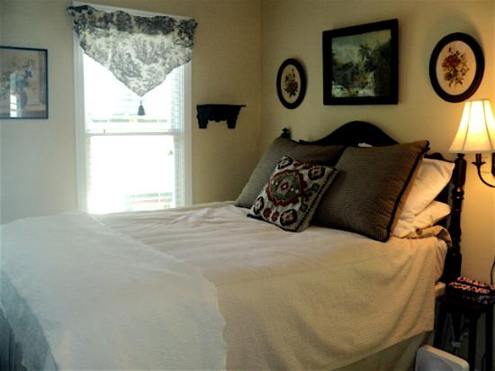 Peabody House: The cozy bedroom of Rivendell Cottage 