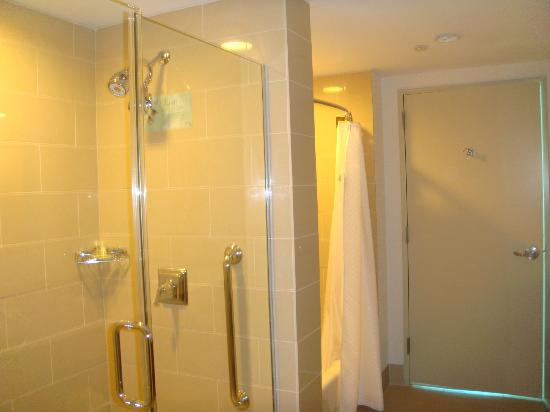 The Westin Houston Memorial City: Dual Showers/tub