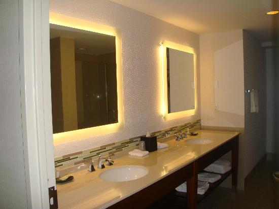 The Westin Houston Memorial City: Fabulous vanity area