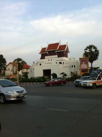 Thao Suranaree (Ya Mo) Monument: Entrance to the old city area