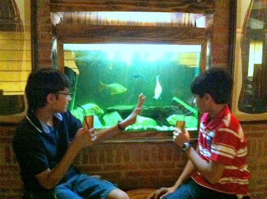 Cafe Turquoise Cottage: Rushil and Ilaaksh having Cranberry juice!