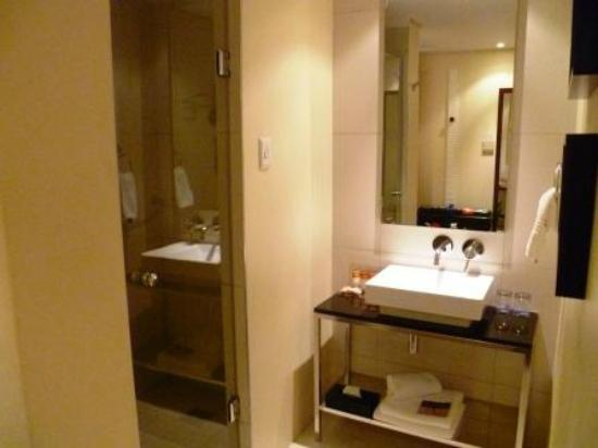 Protea Hotel By Marriott Durban Umhlanga Ridge: Bathroom and Shower