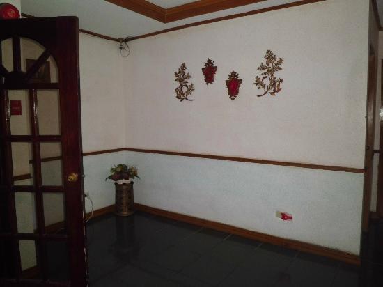 Keni Po: Hallway
