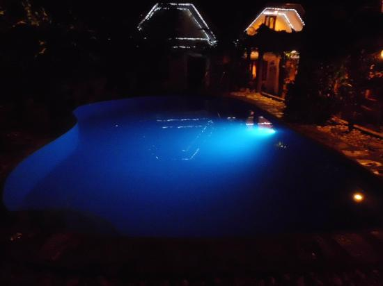 Keni Po: Pool at night