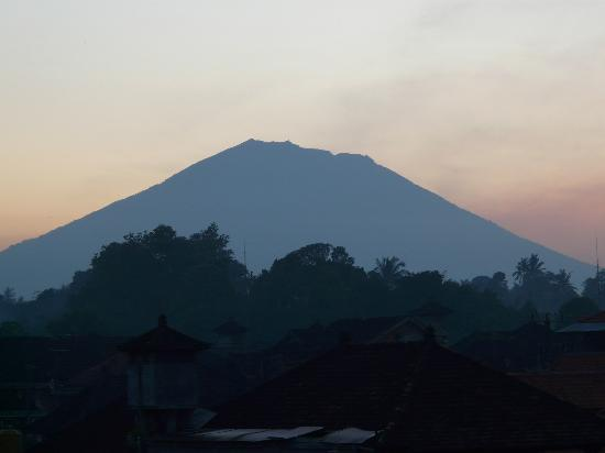 Kori Bali Inn: Sunrise view of Mt Agung from Room 1