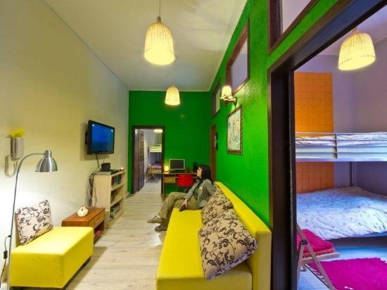 Hostel Fraszka: Pokój wypoczynkowy z wygodną sofą i TV kablówką