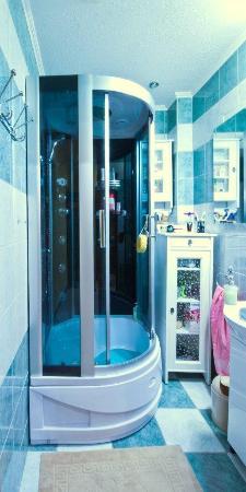 Hostel Fraszka: Łazienka z kabiną prysznicową