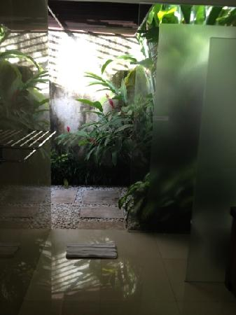 Grania Bali Villas: shower is around the cnr, amazing bathroom
