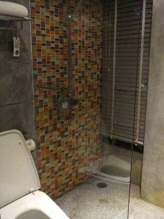 The Fusion Suites Bangkok: rain shower head..love!