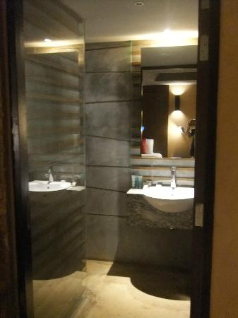 The Fusion Suites Bangkok: bathroom basin