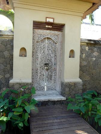 Mimpi Resort Menjangan: la porte d'entrée d une des villas individuelles